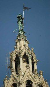 Το άγαλμα αυτό βρίσκεται στην κορυφή του τρούλου στο κεντρικό τμήμα